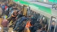 Passagiere retten Mann spektakulär