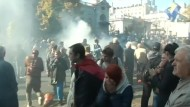 Rechtsextreme Demonstranten attackieren Parlament in Kiew