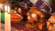 Bolivianer sitzen mit Toten am Tisch