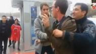 Türkische Nationalisten greifen amerikanische Matrosen an