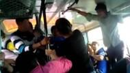 Frauen wehren sich gegen Belästigung im Bus