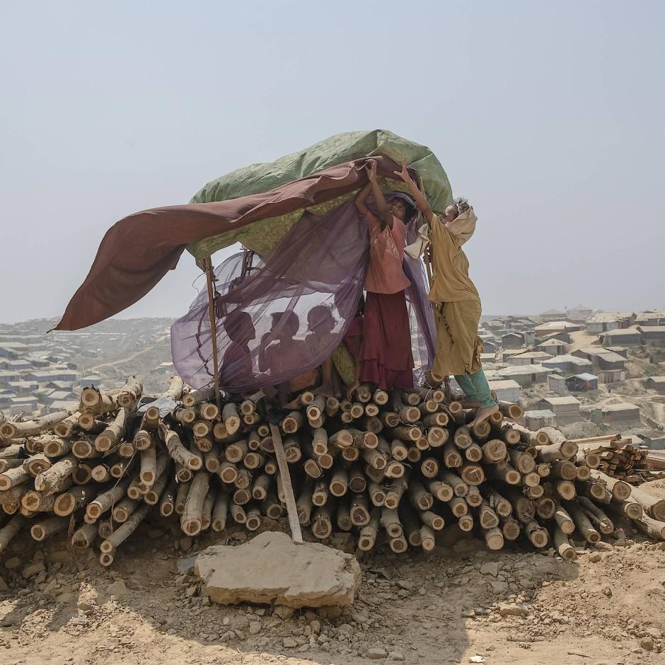 """""""The Wretched and The Earth"""" - Im August 2017 strömten Hunderttausende Rohingya, auf der Flucht vor der Verfolgung in ihrer Heimat Myanmar, nach Bangladesch. Im grenznahen Distrikt Cox's Bazar sind heute eine Million Geflüchtete untergebracht. Es ist damit das größte Flüchtlingslager der Welt. Die Bildstrecke von Gabriele Cecconi zeigt die Umweltauswirkungen einer Massenflucht und ein ökologisches Dilemma: Menschen kämpfen um wenige kostbare Ressourcen und belasten damit ein bereits bedrohtes Ökosystem, das diese Ressourcen liefern soll. Sie erhielt """"Nachhaltigkeitspreis der UmweltDruckerei""""."""