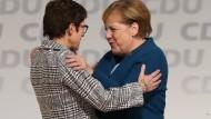Glückwunsch von der Vorgängerin: Angela Merkel gratuliert Annegret Kramp-Karrenbauer (l.)