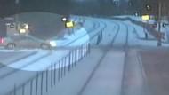 Frau überlebt Zusammenstoß mit Zug