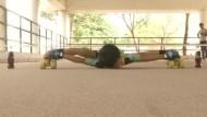 Sechsjähriger Junge rollt unter Limoflaschen hindurch