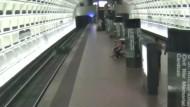 Rollstuhlfahrer fällt auf Bahngleise