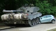 Panzer überrollt Auto in Nordrhein-Westfalen