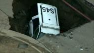 Polizeiauto stürzt in Erdloch