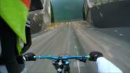 Mountainbiker rast Staudamm herunter