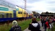 Zug rast in liegengebliebenen Schulbus