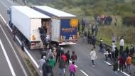 Flüchtlinge legen Verkehr im Eurotunnel lahm