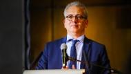 Der hessische Wirtschaftsminister und stellvertretende hessische Ministerpräsident Tarek Al-Wazir hat zwei Staatsbürgerschaften – und ist damit potentiell von Trumps Dekret betroffen.