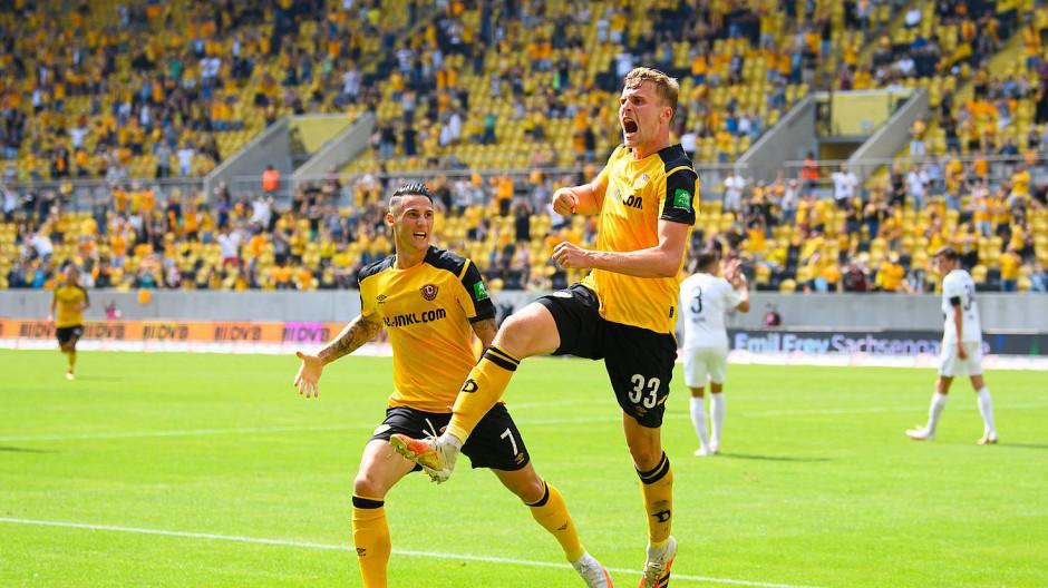 Auf der Siegerstraße: Doppeltorschütze Christoph Daferner (rechts) bejubelt sein 2:0 – und die zugelassenen 7000 Zuschauer feiern mit.