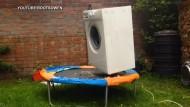 Waschmaschine hüpft auf Trampolin