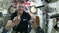 ISS-Astronaut spielt Tischtennis mit Wasser