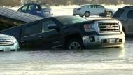 Autos parken auf zu dünnem Eis