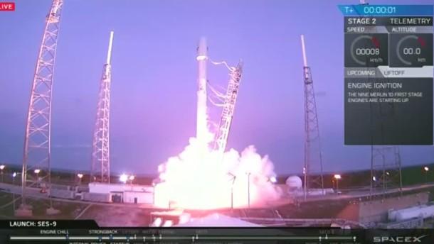 Rakete bringt Satelliten ins All