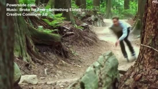 Extreme-Skater rast mit Inline-Skates durch den Wald