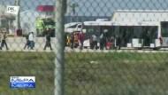 Passagiere verlassen Flugzeug