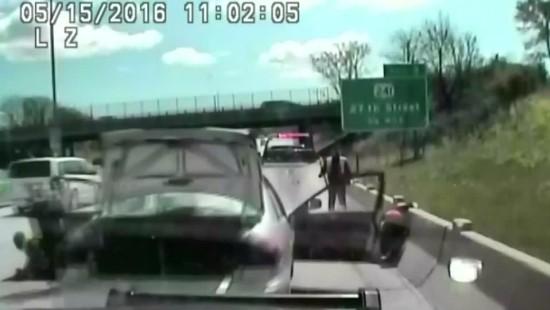 Junge Frau rammt Polizeiauto und flieht