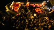 Aufnahmen zeigen hoffnungslos überfüllte Flüchtlingsboote im Mittelmeer