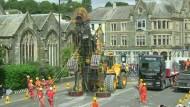 Gigantische Puppe durchquert Bergbau-Revier