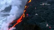 Lava fließt ins Meer vor Hawaii