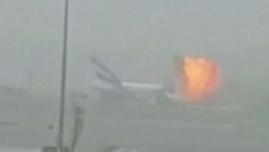Flugzeug geht in Dubai in Flammen auf