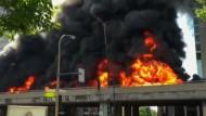 Tanklaster explodiert auf Stadtautobahn