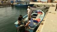 Küstenwache soll Flüchtlingsboot geentert haben
