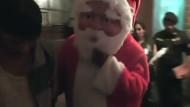 Weihnachtsmänner stürmen Drogenumschlagsplatz