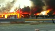Großbrand wütet in Armutssiedlung