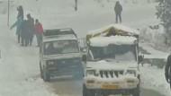 Bewohner in Kaschmir feiern den Schnee