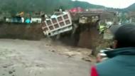 Überschwemmungen bringen Hotel zum Einsturz