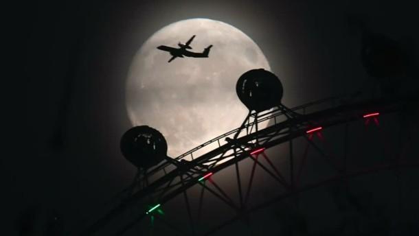 SpaceX will Weltraumtouristen um den Mond fliegen