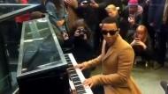 John Legend gibt spontanes Bahnhofskonzert in London