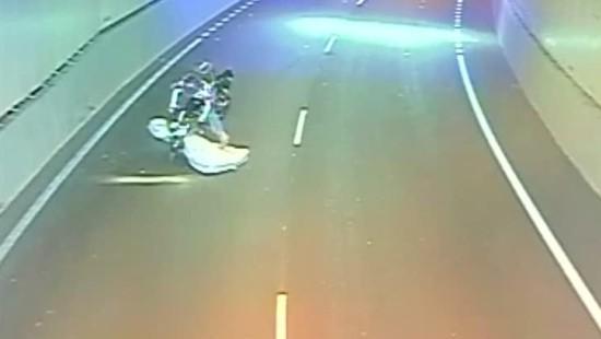 Motorradfahrer kollidiert mit Matratze