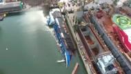 Kran kracht auf Frachtschiff