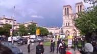 Mann greift Polizisten mit Hammer an