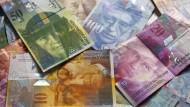 Schweizer Banknoten in unterschiedlicher Stückelung. Die 1000-Franken-Note ist eine der wertvollsten Banknoten der Welt.