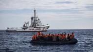 Das Schiff einer spanischen NGO erreicht ein Schlauchboot mit Flüchtlingen etwa 64 Kilometer von der spanischen Küste entfernt.