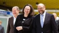 Immer schön lächeln: Scholz, Nahles und Schulz nach einer Regionalkonferenz am Samstag in Hamburg