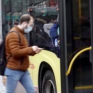 Ein Mann mit Maske steigt in Neumünster in einen Bus.