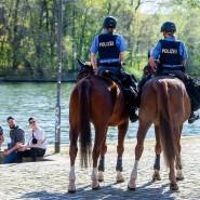 Da staunen die jungen Männer: Dass sie von Polizisten auf Pferden gerügt werden, passiert ihnen vermutlich nicht so oft.