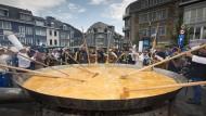 Belgier kochen ein Riesenomelett
