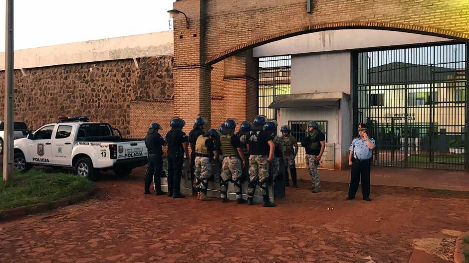 Der paraguayische Sender ABC veröffentlichte Bilder von schwer bewaffneten Kräften vor dem Gefängnis nach dem Massenausbruch.