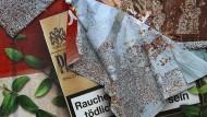 Ein Plakat mit Zigarettenwerbung löst sich von einer Plakatwand in Bayern