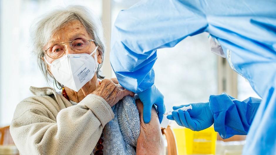 Heißbegehrt: Viele ältere Menschen haben stundenlang versucht, sich für die Corona-Impfung anzumelden.