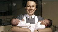 Babyboom: Eine Krankenschwester mit zwei Säuglingen im Krankenhaus Marl 1962