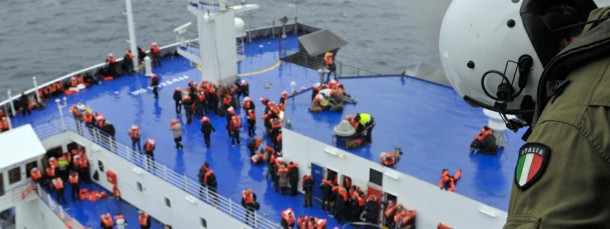 """Blick von einem Rettungshubschrauber der italienischen Marine auf Passagiere, die auf dem Oberdeck der """"Norman Atlantic"""" in Sicherheit gebracht haben."""